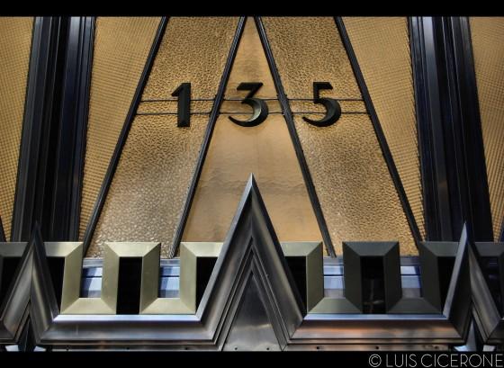 Art decó en una de las puertas del Chrysler Building.