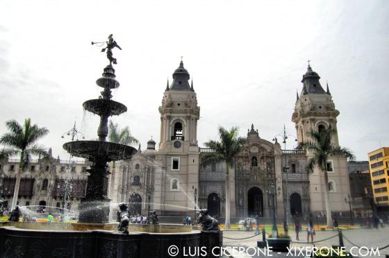 Catedral de Lima y fuente de la plaza Mayor