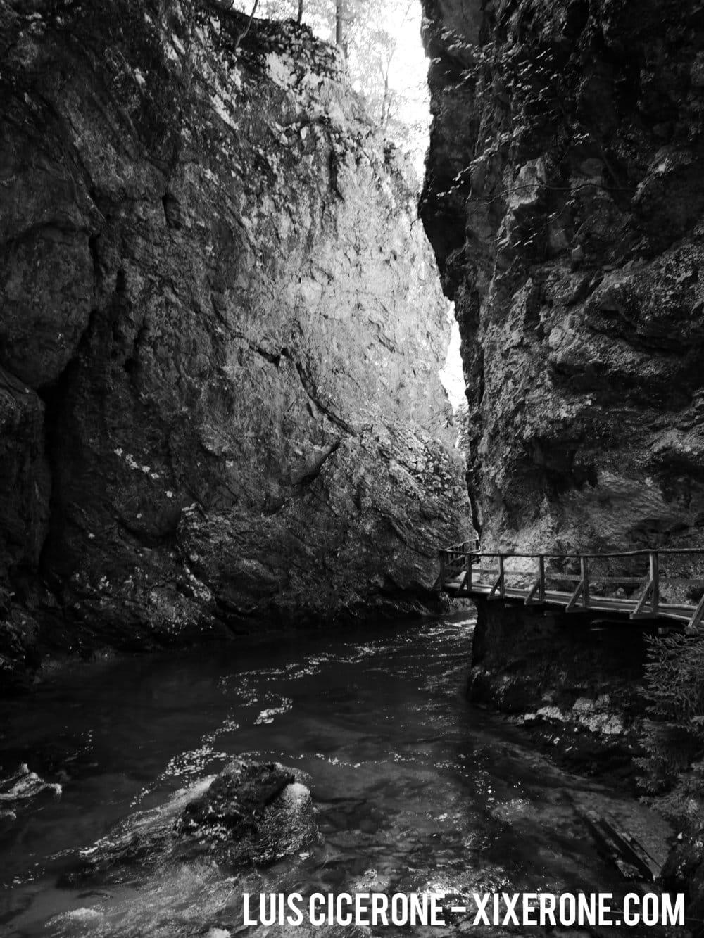 Garganta de Vintgar, Eslovenia - Fotografía de la garganta con la pasarela al lado derecho.