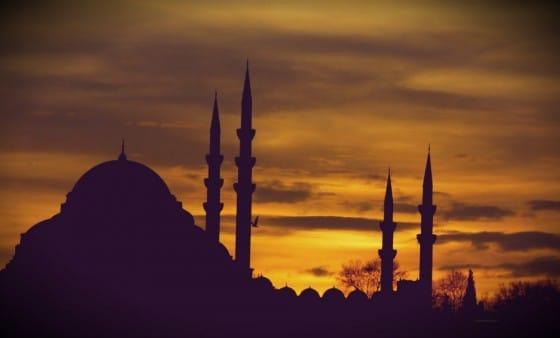Atardecer en Estambul con la silueta de una mezquita