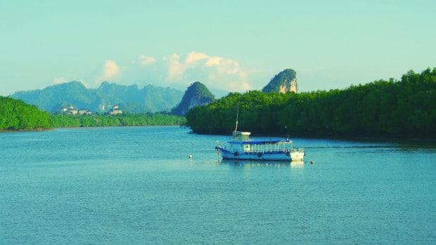 Río y montañas Khao Khanab Nam