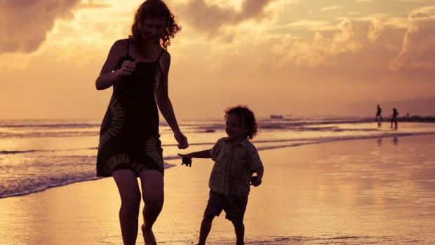 Madre e hijo vía Shutterstock