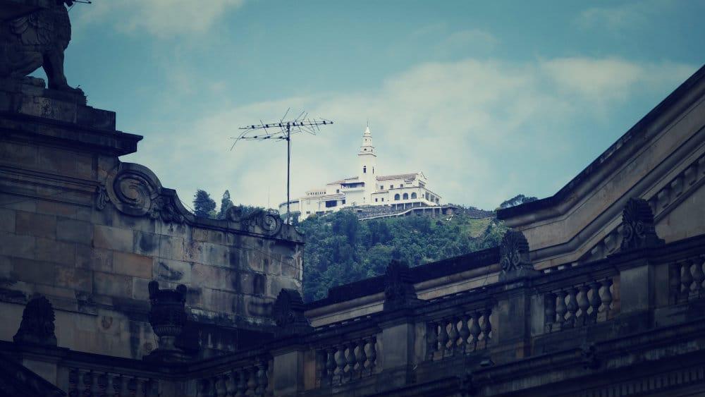 Vista del cerro y santuario de Monserrate desde el centro de Bogotá