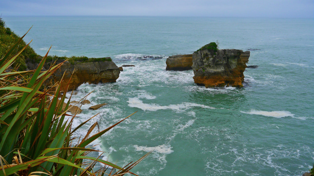 Formaciones rocosas en el mar