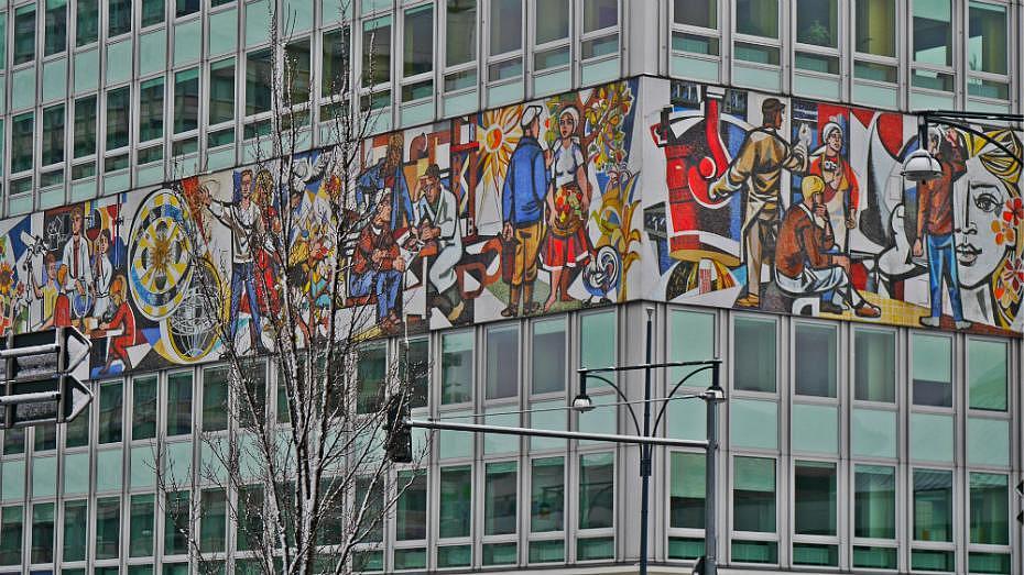 Qué ver en Alexanderplatz - Mural comunista en la Haus des Lehrers