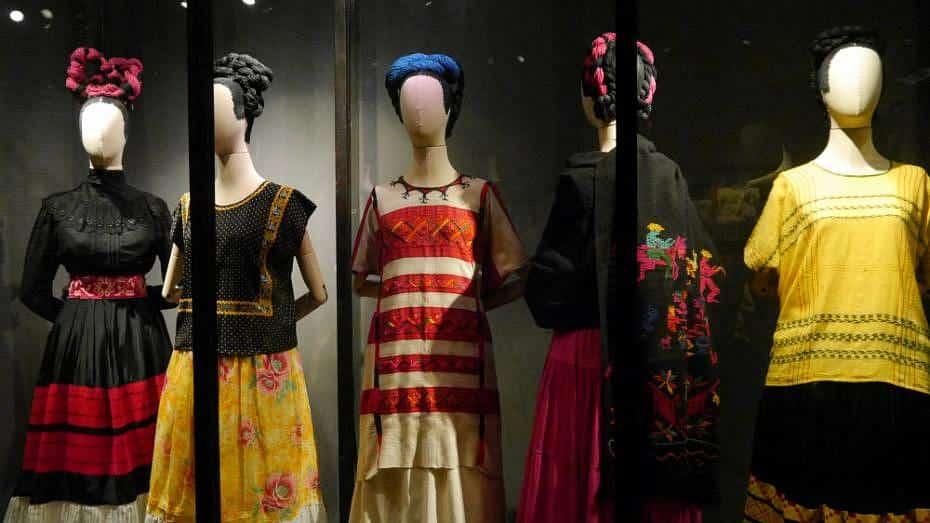 Vestidos de inspiración tradicional pertenecientes a Frida