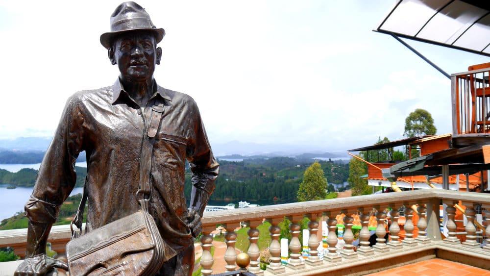 Estatua de Luis Eduardo Villegas López, el primero en escalar la piedra del Peñol