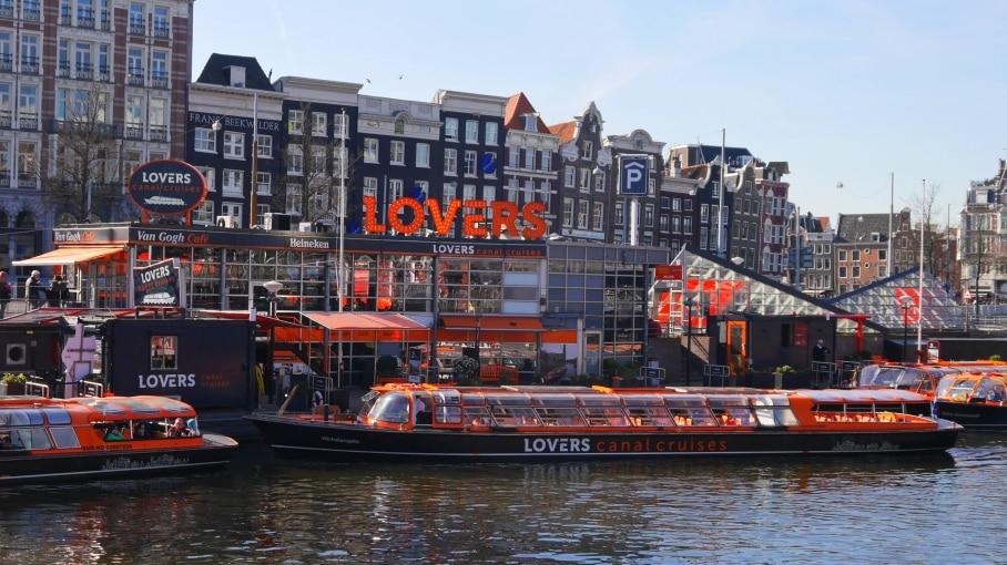 Vista de uno de los canales de Ámsterdam