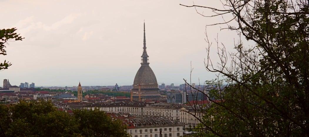 Vistas de Turín desde el mirador de los Capuchinos con la Mole Antonelliana en primer plano