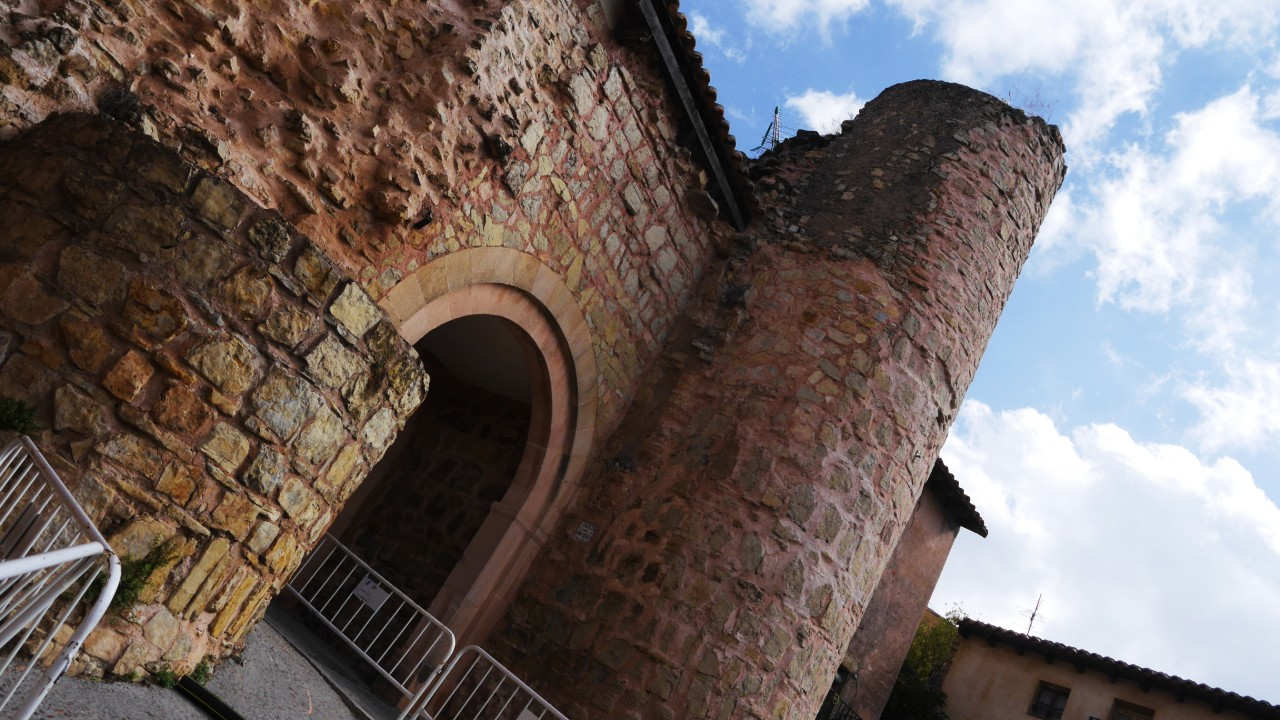 Torreón de la muralla medieval de Sigüenza y puerta del Hierro