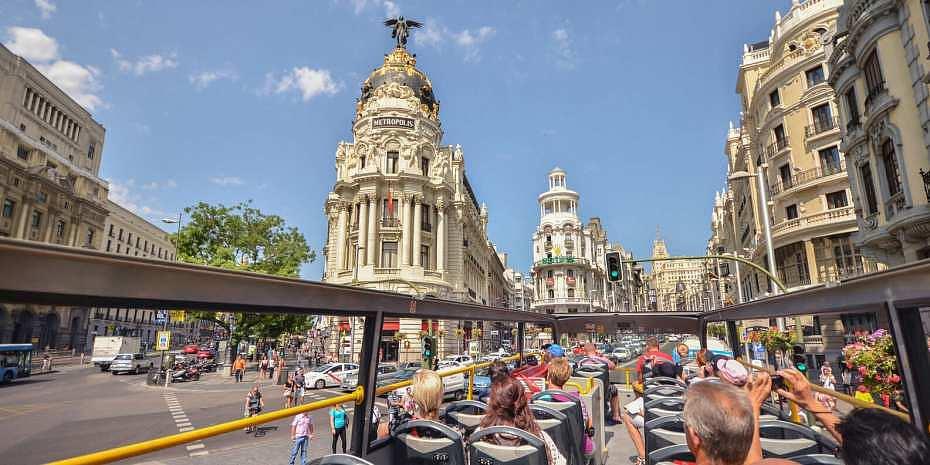 Bus turístico de Madrid recorriendo la Gran Vía