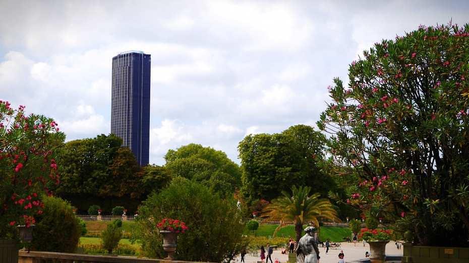 La torre Montparnasse vista desde los jardines de Luxemburgo