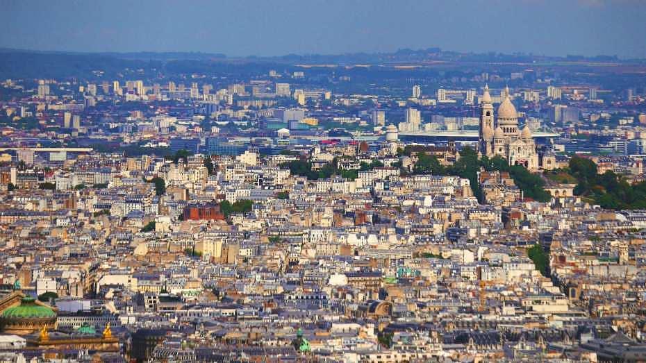 Vistas de París con la Basílica del Sacré Cœur al fondo a la derecha