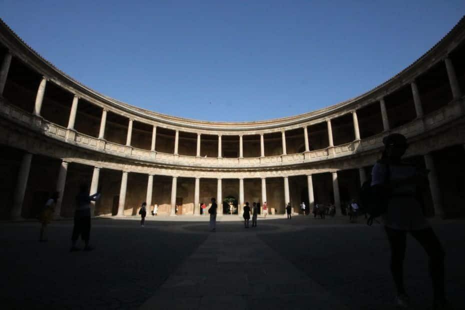 El Museo de Bellas Artes, una de las atracciones imperdibles de Granada, se encuentra en el Palacio de Carlos V