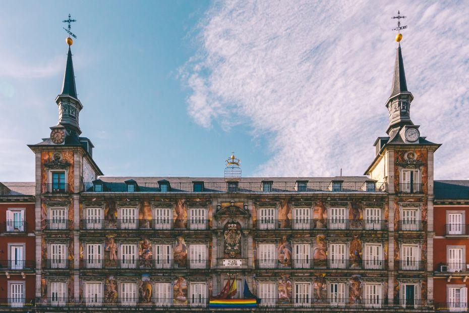 La Plaza Mayor se encuentra en el corazón del Madrid de los Austrias, el barrio más histórico de Madrid